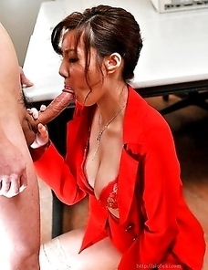 Yuna Hirose sucking two cock
